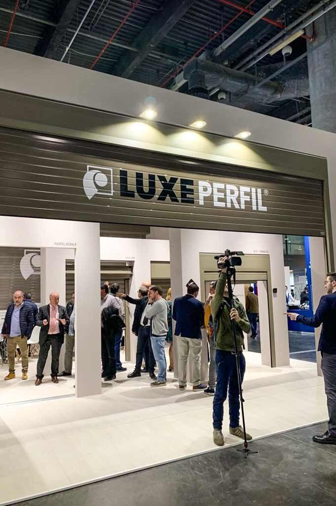 Persiana-sublimada-Logo-para-LUXEPERFIL-en-feria-FIPA-2019-instalada